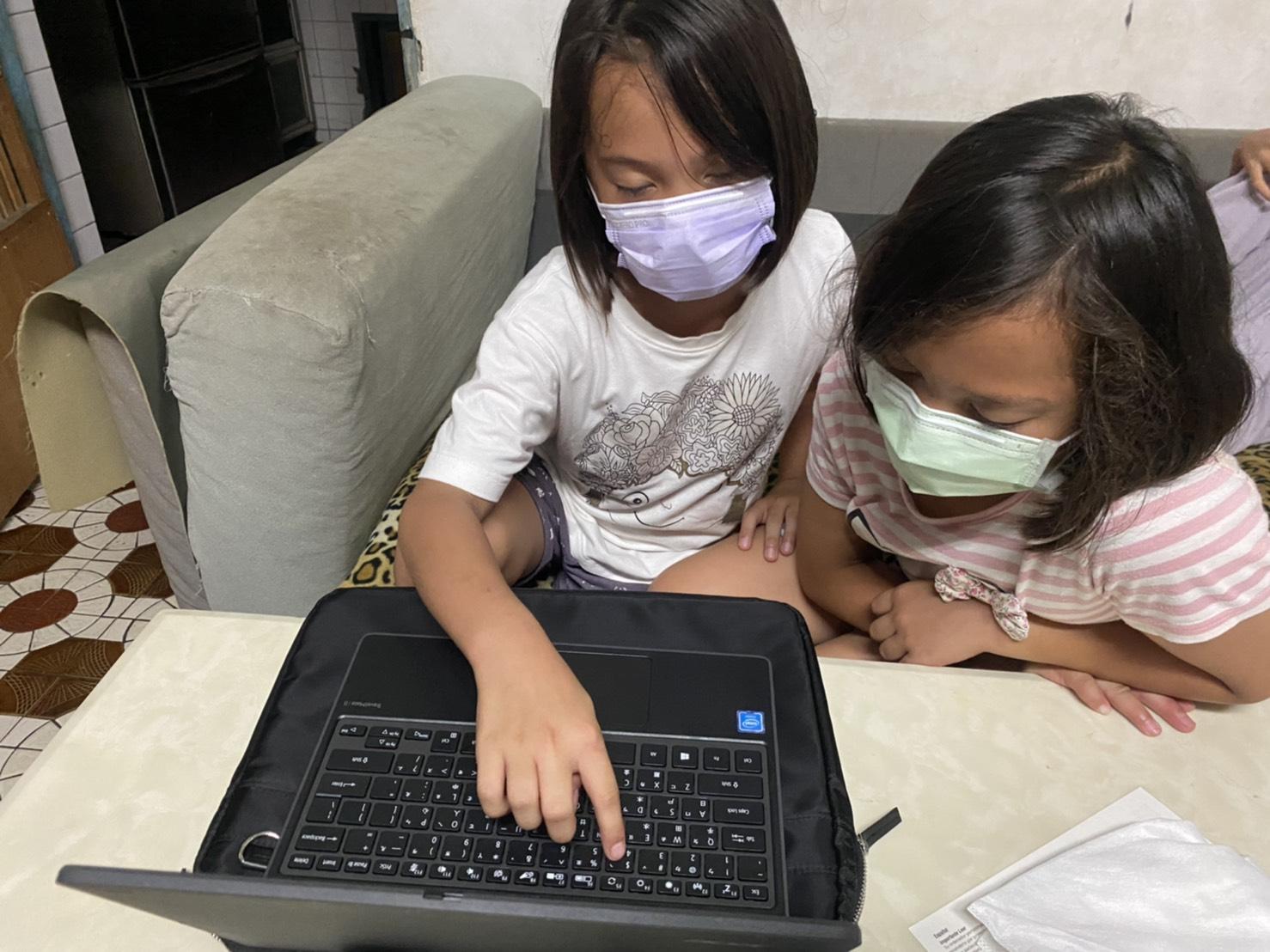 兩種商用教學筆電均以輕便好攜帶為主,法鼓山並提供電腦包及滑鼠