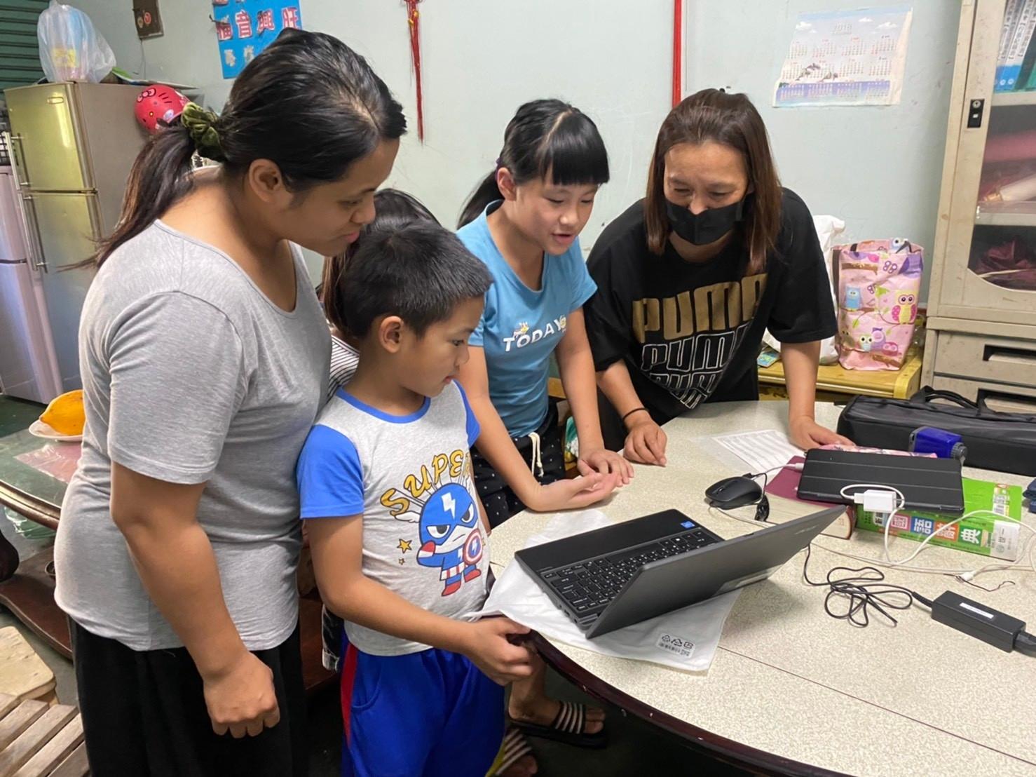 老師詳細為家長和學生講解如何用筆電和學校連線操作